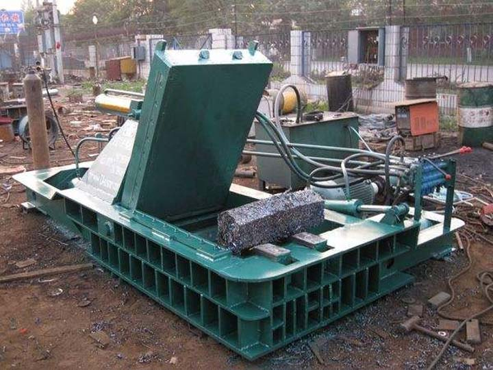 customer using of the hydraulic metal baler